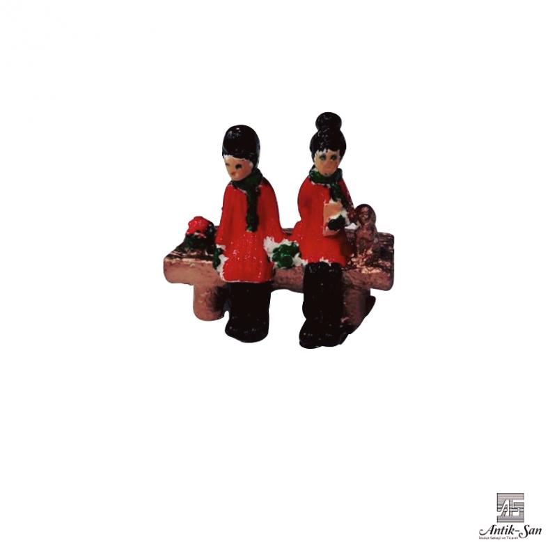 Minyatür Bankta Oturan Kızlar Biblosu