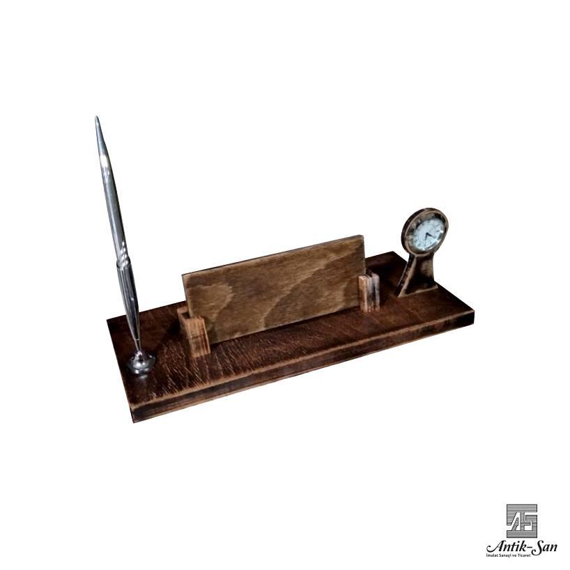 saat ve kalemli masa isimliği
