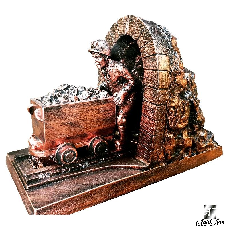 ocaktan çıkan vagon iten madenci heykeli